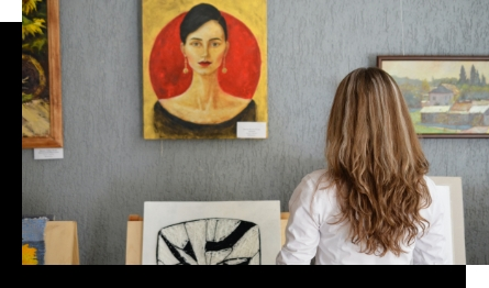 Kunstliefhebber kijkt naar schilderij