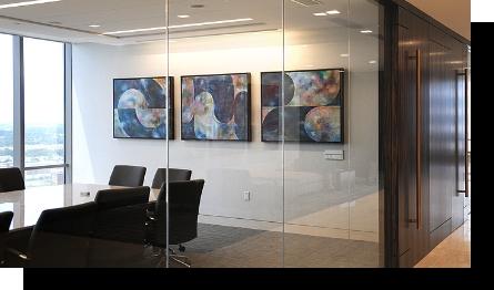 Bedrijfskantoor met geleende kunst